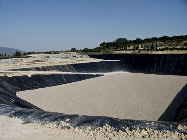 Vista parcial do aterro de Resíduos Sólidos Industriais, em obras de beneficiação.